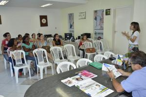Presidente do Seese, Shirley Morales, conversa com os profissionais de Estância