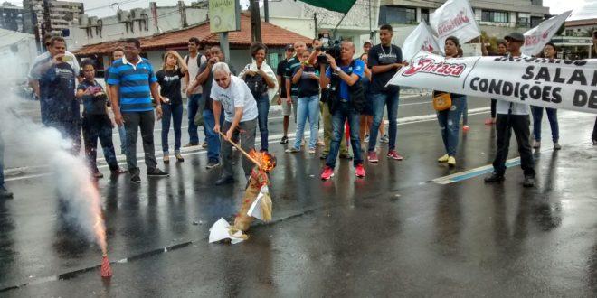 Ato na Av. Beira Mar queima boneco que simboliza o prefeito de Aracaju