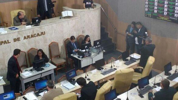 Após aguardar por mais de sete horas na CMA, representantes sindicais assistiram 12 vereadores ferindo a Constituição Brasileira