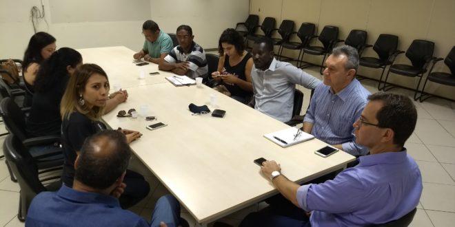 Com as atividades paralisadas por 24 horas, enfermeiros realizam ato público em frente à prefeitura de Aracaju