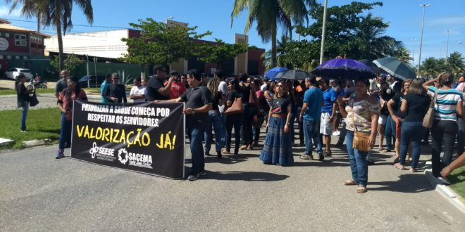 Enfermeiros e agentes de saúde e endemias realizam manifestação em frente a SMS